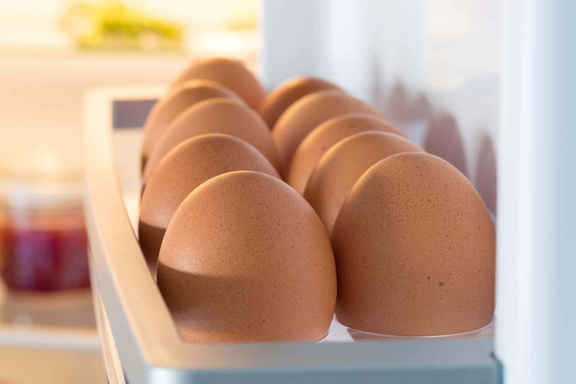 Conservar huevos en la nevera o fuera