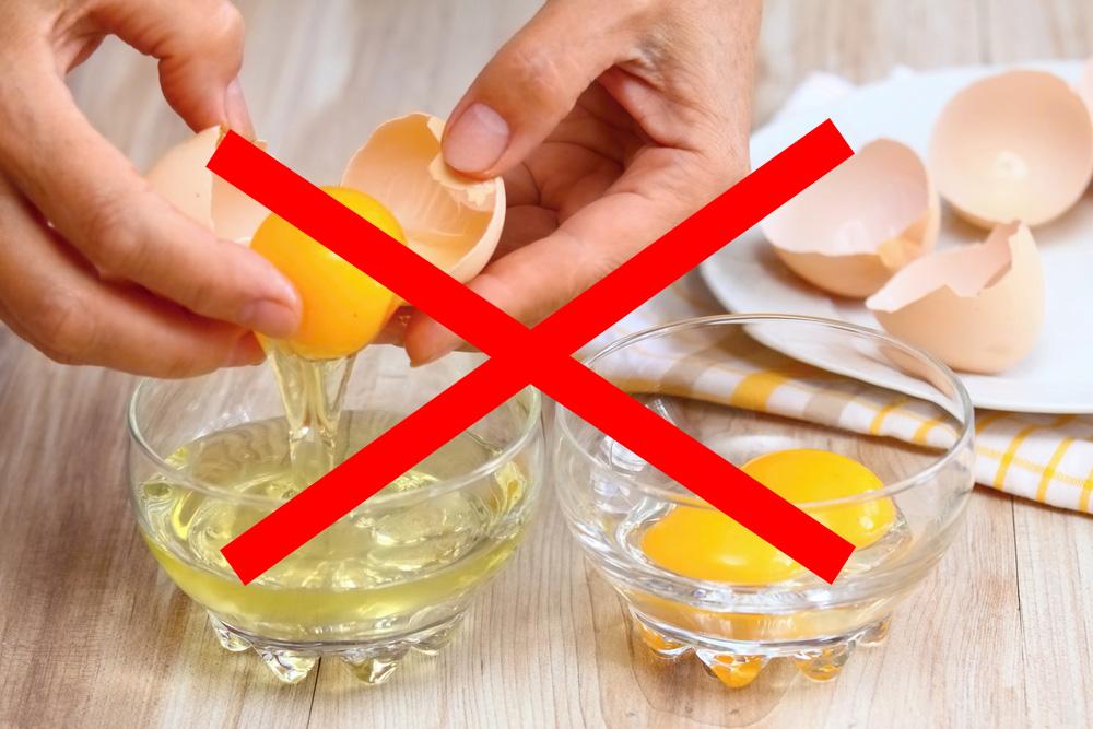 NO separar yemas de huevo con cáscara